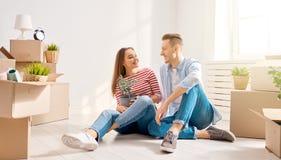 Paar die zich aan Nieuw Huis bewegen stock fotografie