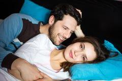 Paar die zich in bed bevinden Royalty-vrije Stock Afbeelding
