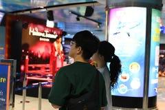 Paar die zich bij Mevrouw tussauds bangkok bevinden stock afbeelding