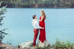 Paar die zich door een meer in een greep bevinden Royalty-vrije Stock Foto