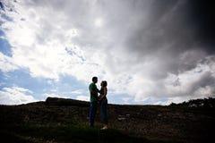Paar die zich in gras bevinden royalty-vrije stock foto's