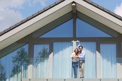 Paar die zich op balkon bevinden Royalty-vrije Stock Afbeelding