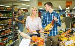 Paar die zoete vruchten kopen Royalty-vrije Stock Foto