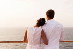 Paar die zonsondergang van cruise genieten Royalty-vrije Stock Afbeeldingen