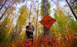 Paar die zwangerschap aankondigen Royalty-vrije Stock Fotografie