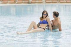 Paar door de pool Stock Foto