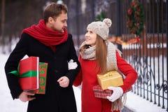 Paar dragende giften Stock Foto's