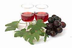 Paar drinkbekers met wijn en druiven Royalty-vrije Stock Foto