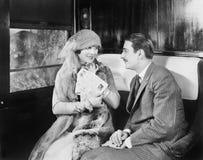 Paar in een compartiment van een trein die en met elkaar kijken spreken (Alle afgeschilderde personen leven niet langer en geen l royalty-vrije stock foto's