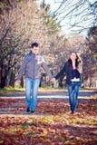 Paar in een park royalty-vrije stock afbeeldingen