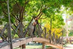 Paar in een park, zijn zij bovenop een brug royalty-vrije stock afbeeldingen