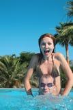 Paar in een pool royalty-vrije stock fotografie