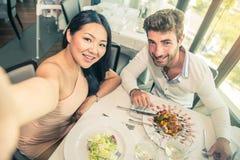 Paar in een restaurant royalty-vrije stock afbeeldingen