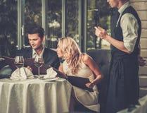 Paar in een restaurant die orde maken stock afbeelding