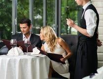 Paar in een restaurant die orde maken stock foto