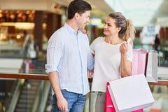 Paar-Einkaufen mit Kreditkarte lizenzfreie stockbilder