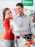 Paar-Einkaufen am Supermarkt stockfotos