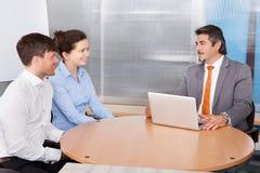 Paar en Adviseur Discussing Together Stock Foto