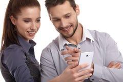 Paar en geheim bericht op celtelefoon royalty-vrije stock foto's