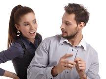 Paar en geheim bericht op celtelefoon stock fotografie