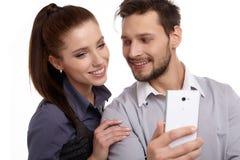 Paar en geheim bericht op celtelefoon stock afbeelding