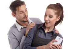 Paar en geheim bericht op celtelefoon Royalty-vrije Stock Foto