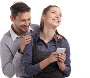 Paar en geheim bericht op celtelefoon Stock Foto's