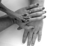 Paar en hond die handen stapelen Stock Afbeeldingen