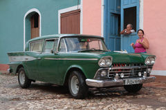 Paar en hun oude Amerikaanse auto Royalty-vrije Stock Foto