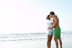 Paar in en liefde die kust omhelst Stock Afbeeldingen