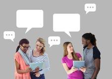 Paar en vrienden op tablet met lege praatjebellen Stock Foto