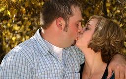 Paar-Fall-Kuss Lizenzfreies Stockbild
