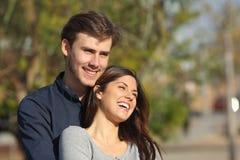 Paar flirten die weg in een park kijken royalty-vrije stock foto