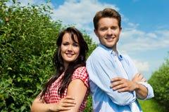 Paar in fruitboomgaard na de zomer Royalty-vrije Stock Afbeeldingen