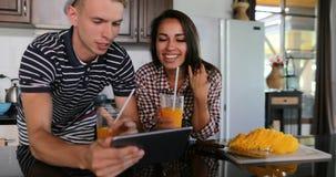 Paar-Gebrauchs-Tablet-Computer, der Selfie-Foto, junge Frau und Mann Küchen-Studio-im modernen Haus-Innenraum nimmt stock video footage