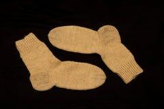 Paar Gebreide Sokken op Donkere Achtergrond Royalty-vrije Stock Afbeelding