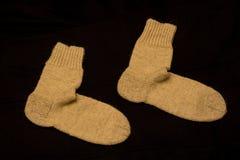 Paar Gebreide Sokken op Donkere Achtergrond stock foto