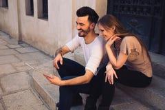 Paar gebruikend digitale tablet ipad en lachend in de straat Stock Afbeeldingen
