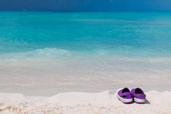 Paar gekleurde sandals op een wit zandstrand Royalty-vrije Stock Afbeeldingen