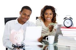 Paar gelukkig bij hun besparingen Stock Afbeelding