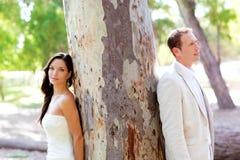 Paar gelukkig in liefde bij park openluchtboom Royalty-vrije Stock Afbeeldingen