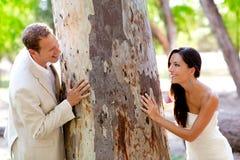 Paar gelukkig in liefde het spelen in een boomboomstam Stock Afbeeldingen