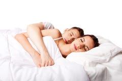 Paar gelukkige in slaap in bed Royalty-vrije Stock Fotografie