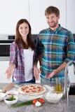 Paar gemaakte heerlijke pizza thuis Royalty-vrije Stock Fotografie