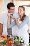 Paar genießt, Abendessen zusammen vorzubereiten Lizenzfreies Stockfoto