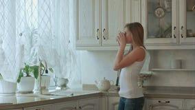 Paar genießt einen Kaffee des frühen Morgens zu Hause stock footage