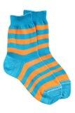 Paar gestreepte sokken van het kind stock fotografie