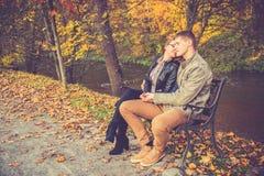 Paar in gouden daling Stock Afbeeldingen