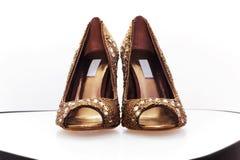 Paar gouden schoenen Royalty-vrije Stock Foto's
