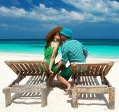 Paar in groen op een strand in de Maldiven Stock Foto's